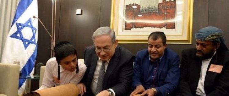 نتنياهو يتصفح مخطوطة قديمة من التوراة جلبها يهود من اليمن (فيديو)