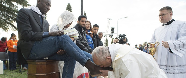 """نحن """"إخوة"""" البابا فرنسيس يغسل أرجل مسلمين(صور+فيديو)"""