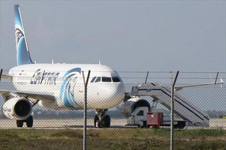 خاطف الطائرة المصرية يطلب اللجوء السياسي إلى قبرص