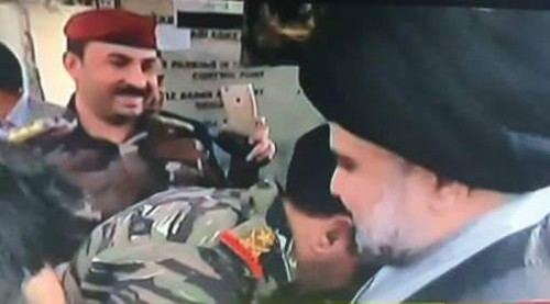 الفريق محمد رضا امر حماية الخضراء يتقدم مستقبلي مقتدى الصدر في خيمة الاعتصام
