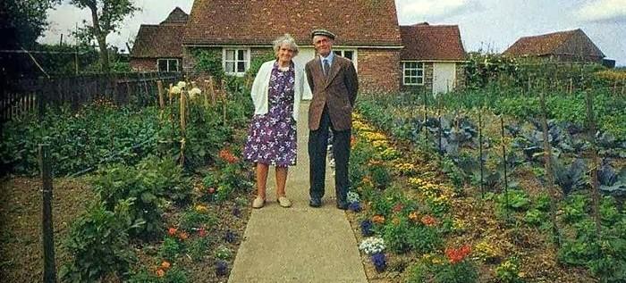 شخصان مسنان يأخذان نفس الصورة كل عام – الصورة الأخيرة سوف تؤلم قلبك