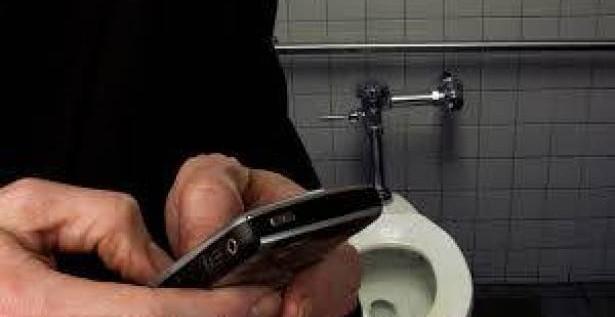 ادخال الهاتف معك الى الحمام له محاذير اقرأها….