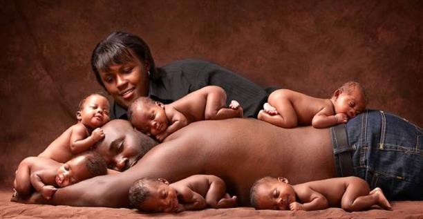 صورة عائلية مع ستة توائم محدّثة بعد سنوات