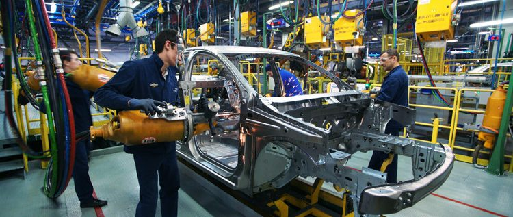 مصنع سيارات عملاق يغير نظام عمله