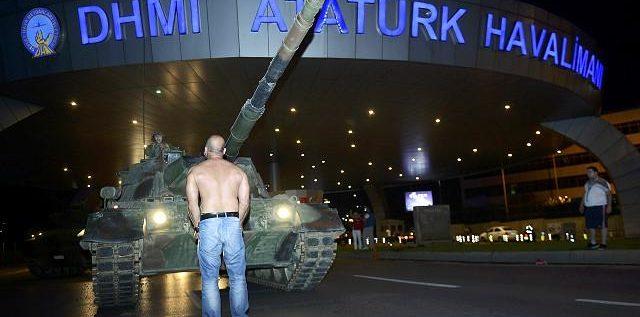 تغطية مباشرة: الجيش يعلن سيطرته على الحكم في تركيا