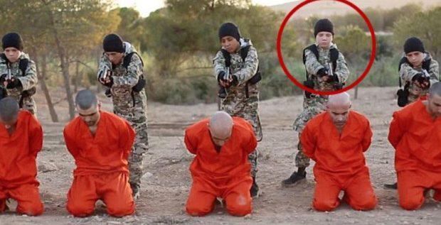 """صدمة أب فوجئ بطفله """"يعدم"""" سجينا  بسوريا"""
