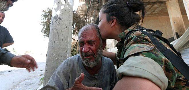 """مقاتلون عرب وأكراد """"يحررون"""" منبج السورية من أيدي تنظيم الدولة"""