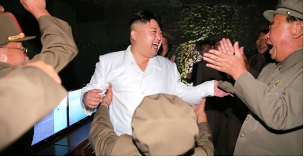 صور هستيرية لفرحة دكتاتور كوريا بإطلاق صاروخ بالستي