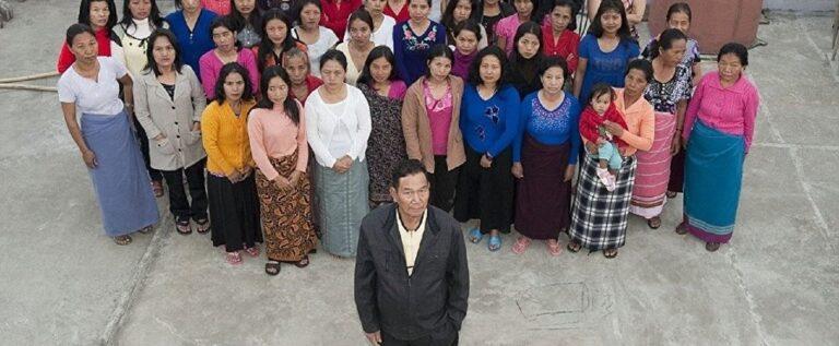 شاهد أكبر عائلة في العالم تتكون من 39 زوجة ورجل واحد