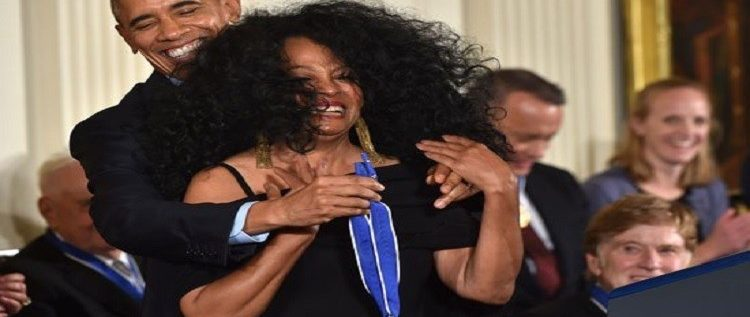 أوباما يتعرض لموقف محرج أثناء تكريمه لفنانة أمريكية