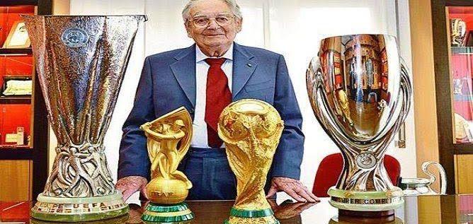 وفاة مصمم مجسم كأس العالم عن عمر يناهز 95 عاماً