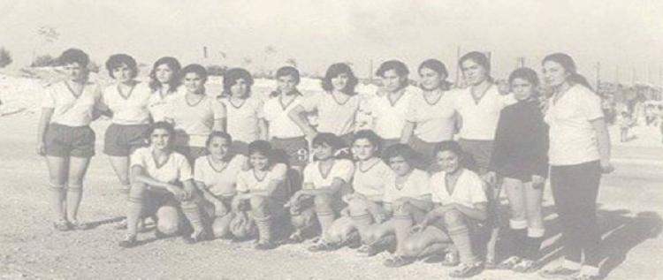 صورة لأقدم فريق نسائي في الشرق الأوسط منذ العام 1950