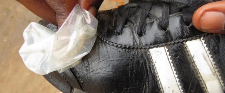 جمهورية الكونغو الديمقراطية: واقيات ذكرية لتلميع الأحذية!