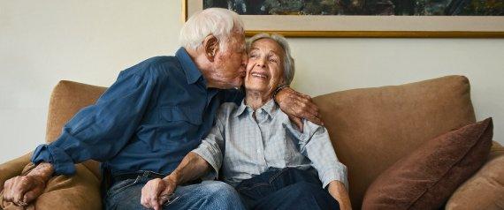 زوجان متيمان تجاوز عمرهما 100 عام.. هكذا التقيا أول مرة.. وهذه قصة خاتم زفافهما المزيف