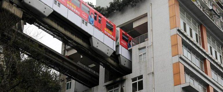 قطار يمر داخل برج سكني.. هكذا تحل الصين أزمة كثافة السكان