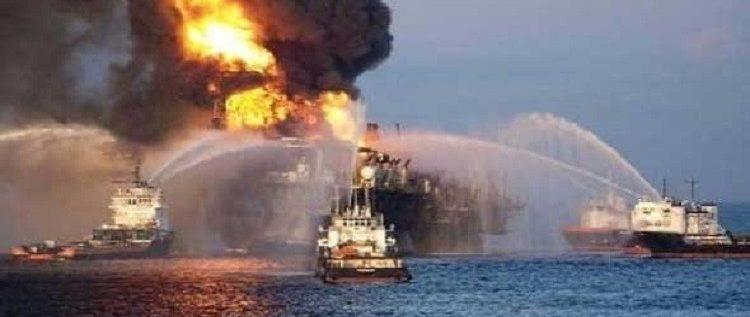 باخرة تحترق على بعد 12 ميلاً بحرياً من شواطئ دبي