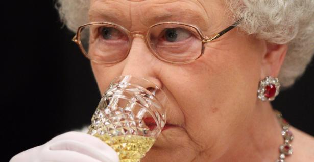 بالتفاصيل… هذا ما تأكله الملكة إليزابيث بدءاً من الفطور حتى العشاء! (صور)