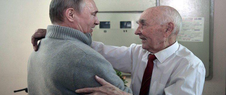 """بالصور- بوتين يزور معلمه في """"كي جي بي"""" في عيده الـ90"""