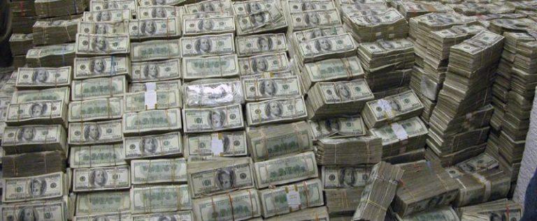 بالصور.. رجل يعثر على 600 مليون دولار مدفونة في أرضه!