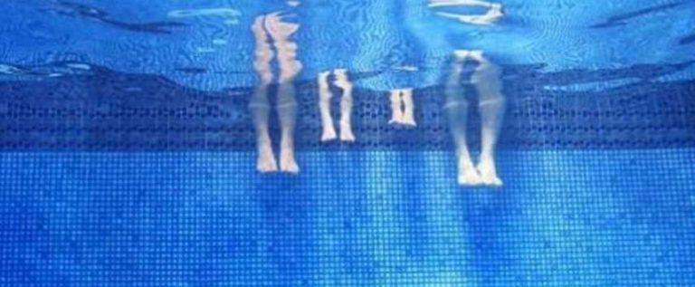 فيلتر لتنقية مياه حمام سباحة يشفط أمعاء صبي