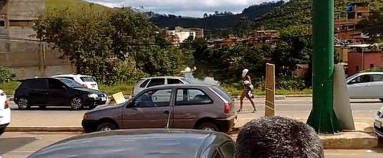 بالفيديو – امرأة عارية تثير الفوضى على الطريق العام