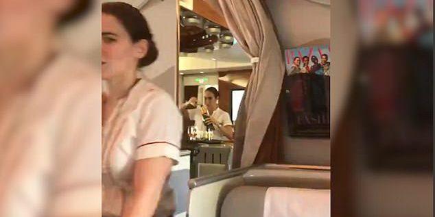 """بالفيديو: فضيحة على متن """"طيران الإمارات"""" .. هذا ما قامت به المضيفة !"""