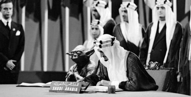 """مطالبات بـ إعفاء وزير التعليم في السعودية بسبب صورة """"يودا"""" مع الملك فيصل"""