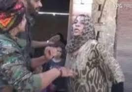 مزقت ثيابها أمام الكاميرا احتفالا باندحار داعش من الرقة