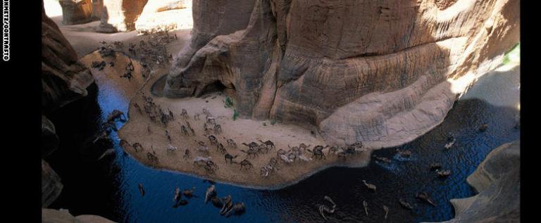 رمال الصحراء من السماء مساحات شاسعة من الجمال بهذا البريق تلمع