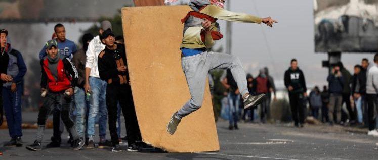 عشرات الإصابات بمواجهات مع الاحتلال بالضفة وغزة