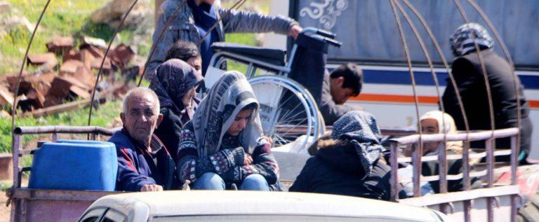 مئات المدنيين يفرون من مدينة عفرين مع اقتراب القوات التركية