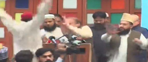 شاهد رئيس وزراء باكستان السابق يتعرَّض لهجوم مُحرج