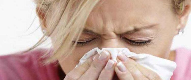تحذير للمدخنين.. بسبب كثرة السجائر فتاة تمخطت فكسرت عظام أنفها