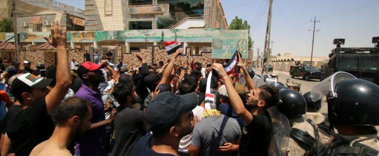 العراق: احتجاجات في البصرة… مئات المتظاهرين حاولوا اقتحام مبنى المحافظة