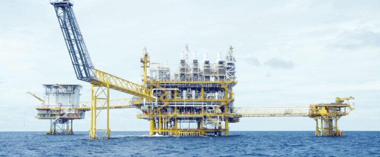 بعد الصعود.. النفط يعود إلى المنطقة الحمراء
