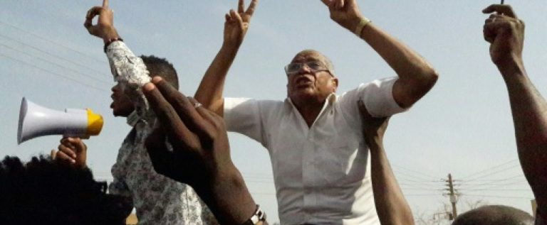 وفاة شرطي سوداني متأثرا بجروحه عقب رشق المحتجين لسيارته بالحجارة