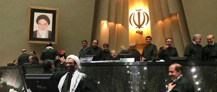 بالصورة النواب یحضرون فی مجلس الشورى الاسلامي بزي الحرس الثوري