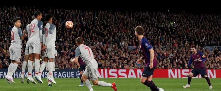 """صور تفضح ميسي """"المحتال"""" عند تسجيله هدفه الثاني في مرمى ليفربول"""