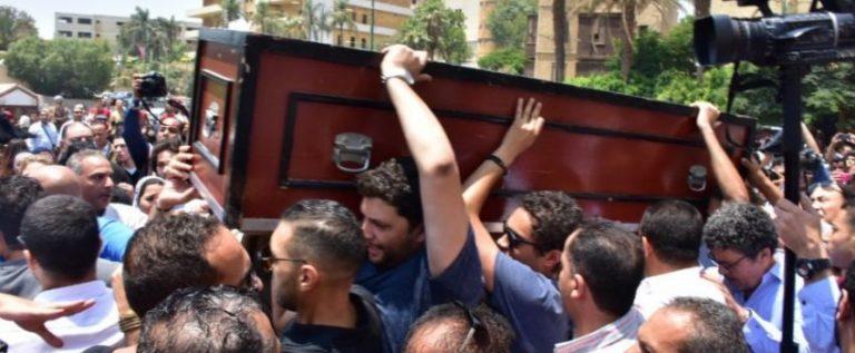 المصريون يشيعون جنازة الفنان عزت أبو عوف