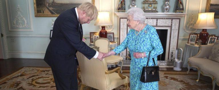 أنباء عن طلب ملكة بريطانيا المشورة لعزل رئيس الوزراء.. وجونسون ينفي تحرشه بصحفية