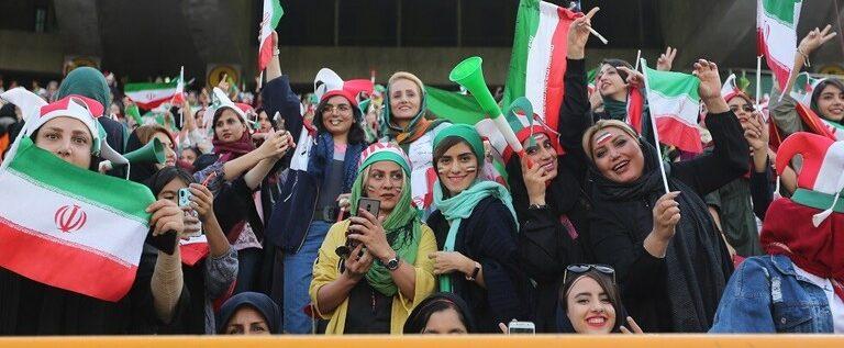 بالفيديو.. مواجهات بين قوات الشرطة الإيرانية ومشجعات في ملعب آزادي بطهران