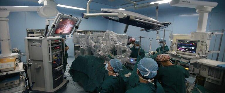 طبيب من أصل سوري ينجح بجراحة هي الأولى من نوعها في العالم (فيديو)