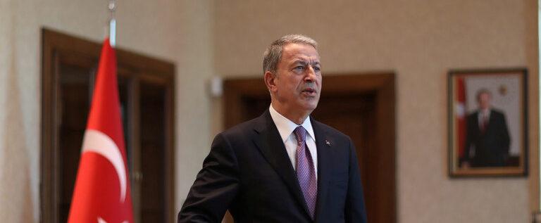 وزير الدفاع التركي على حدود سوريا موجها خطابا لقواته في تل أبيض