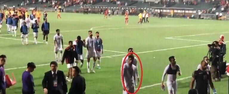 """""""الفيفا"""" يوقف لاعبا بحرينيا بسبب حركة """"عنصرية"""" بعينيه (فيديو)"""