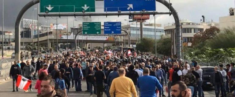 قوة من مكافحة الشغب تفصل بين المتظاهرين على طريق القصر الجمهوري
