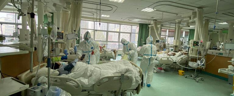 فيروس كورونا يضرب الطاقم الطبي الصيني بالتزامن مع ظهوره في دول مجاورة