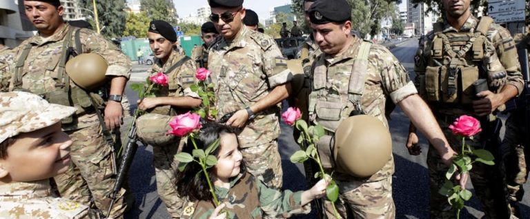 الجيش اللبناني يغرد للمتظاهرين: مكلفون بحمايتكم فلا تواجهونا بالقوة