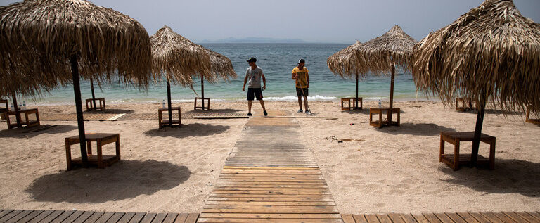 اليونان تفتح أكثر من 500 شاطئ بسبب موجة الحر