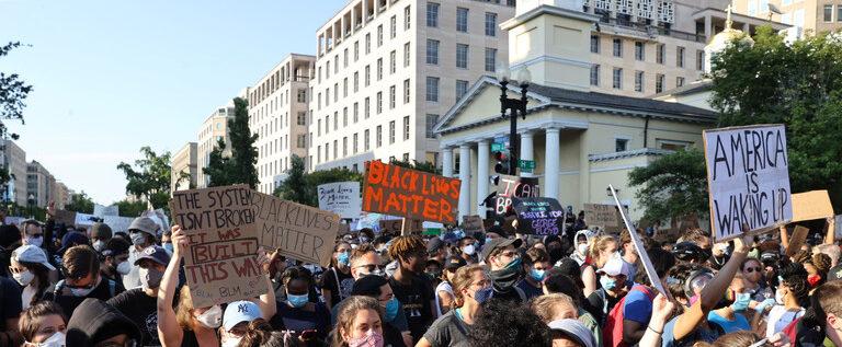 تجدد الاحتجاجات في الولايات المتحدة ومتظاهرون أمام البيت الأبيض يطالبون برحيل ترامب