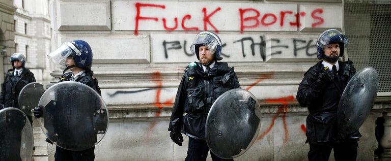 """جونسون: """"أعمال البلطجة"""" أفسدت الاحتجاجات المناهضة للعنصرية في بريطانيا"""